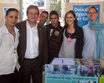 Husein i un amic, Yousef, Marta i Mònica, amb l'alcalde Jordi Hereu.